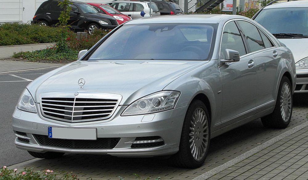 Mercedes S400 Hybrid: pioneiro, mas restrito a poucos devido ao alto preço. Fonte: Creative Commons