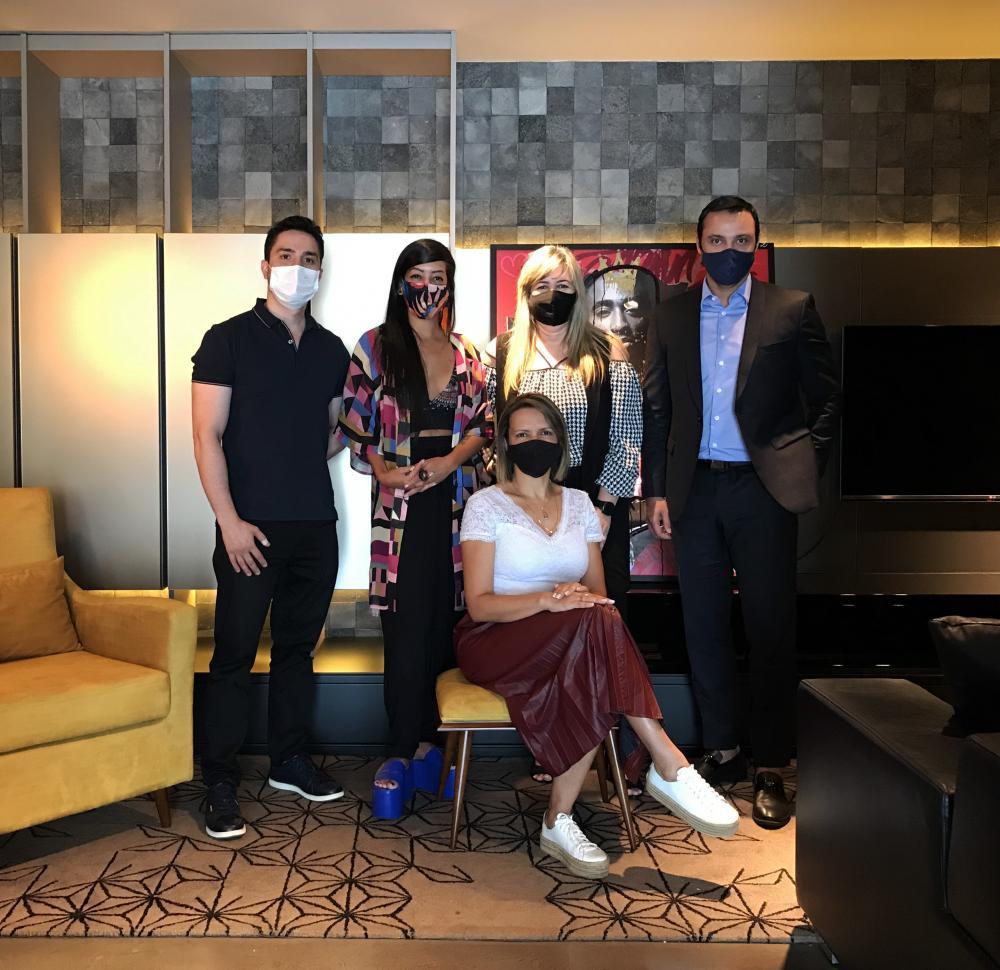 Membros do Soul Brasília Rafael Bomtempo, Tainá Martins, Cláudia Mohn e Leandro Silvério e, ao centro, a designer de interiores Patrícia Tavares
