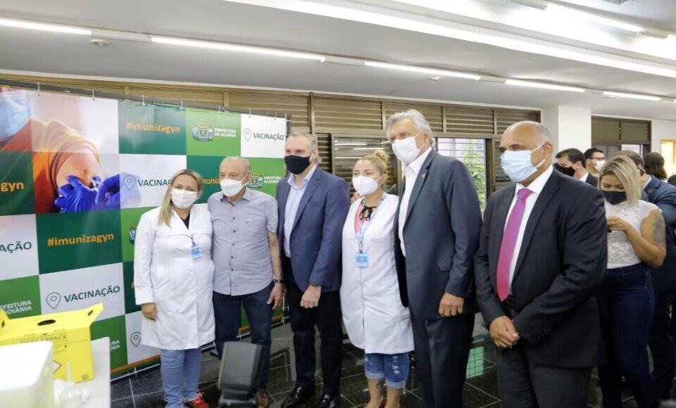 Caiado, ao lado do prefeito de Goiânia, Rogério Cruz, acompanhou vacinação do ex-prefeito Iris Rezende, que recebeu a primeira dose do imunizante contra Covid-19